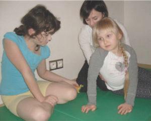 Ćwiczenie w pozycji siadu bokiem